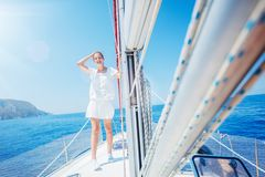 Belle fille d?tendant sur le yacht en Gr?ce image libre de droits