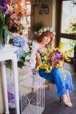 Belle fille d'une chevelure rouge intelligente avec des fleurs Photo prise 08 22 2015 Photographie stock