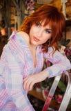 Belle fille d'une chevelure rouge intelligente avec des fleurs Photo prise 08 22 2015 Photographie stock libre de droits