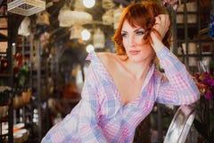 Belle fille d'une chevelure rouge intelligente avec des fleurs Photo prise 08 22 2015 Images libres de droits