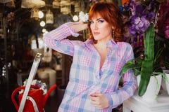 Belle fille d'une chevelure rouge intelligente avec des fleurs Photo prise 08 22 2015 Photo stock