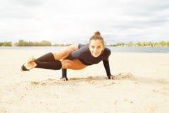 Belle fille d'une cinquantaine d'années faisant des exercices de yoga sur le rivage d'un beau lac un jour ensoleillé d'automne image stock