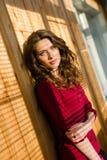 Belle fille d'yeux bleus de jeune femme avec l'ombre f Image libre de droits