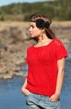 Belle fille dans des circuits d'un chandail rouge et de denim photographie stock