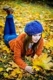 belle fille dans des feuilles d'automne Photo libre de droits