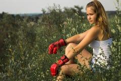 Belle fille dans des gants de boxe Photographie stock