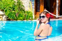 Belle fille dans des lunettes de soleil avec le hibiskus dedans Image stock