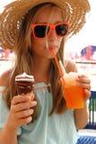 Belle fille dans des lunettes de soleil, glace, neige fondue sur la plage images libres de droits