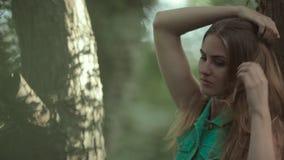Belle fille dans des shorts et la position courts de chemise banque de vidéos