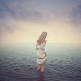 Belle fille dans l'eau Plage, coucher du soleil, Image libre de droits