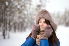 Belle fille dans l'hiver extérieur Photographie stock