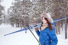 Belle fille dans l'hiver extérieur Photo libre de droits