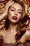 Belle fille dans l'image de Hollywood avec la vague et le maquillage classique Visage de beauté Photographie stock libre de droits