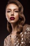 Belle fille dans l'image de Hollywood avec la vague et le maquillage classique Visage de beauté Image stock