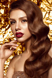 Belle fille dans l'image de Hollywood avec la vague et le maquillage classique Visage de beauté Photos stock