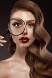 Belle fille dans l'image de Hollywood avec la vague et le maquillage classique Visage de beauté Photographie stock