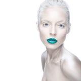 Belle fille dans l'image de l'albinos avec les lèvres bleues et les yeux blancs Visage de beauté d'art Images stock