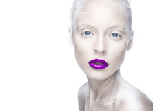 Belle fille dans l'image de l'albinos avec les lèvres pourpres et les yeux blancs Visage de beauté d'art Photos stock