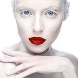 Belle fille dans l'image de l'albinos avec les lèvres rouges et les yeux blancs Visage de beauté d'art Image libre de droits