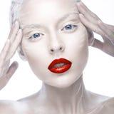 Belle fille dans l'image de l'albinos avec les lèvres rouges et les yeux blancs Visage de beauté d'art Photos libres de droits