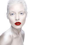 Belle fille dans l'image de l'albinos avec les lèvres rouges et les yeux blancs Visage de beauté d'art Photo libre de droits
