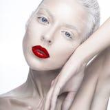 Belle fille dans l'image de l'albinos avec les lèvres rouges et les yeux blancs Visage de beauté d'art Photos stock