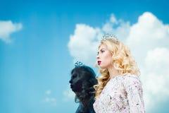 Belle fille dans l'image de la reine de neige Peau claire, cheveux blancs, une couronne sur sa tête Photographié sur la rue Image stock