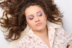 Belle fille dans la chemise après sommeil images stock