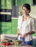 Belle fille dans la cuisine image stock