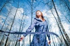 Belle fille dans la forêt de bouleau Image libre de droits