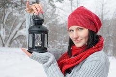 Belle fille dans la forêt de l'hiver avec la lanterne Images libres de droits