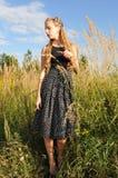 Belle fille dans la haute herbe Photographie stock