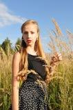 Belle fille dans la haute herbe Image libre de droits