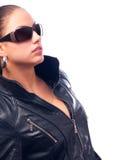 Belle fille dans la jupe en cuir et des lunettes de soleil Image libre de droits