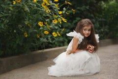 Belle fille dans la robe blanche photographie stock libre de droits
