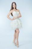 Belle fille dans la robe de mariage Photo stock