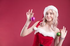 Belle fille dans la robe de Noël Fille intelligente avec des cadeaux de Noël Salutations de Joyeux Noël photo stock
