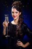 Belle fille dans la robe de soirée avec le verre de vin Réveillon de la Saint Sylvestre Photo libre de droits