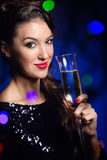Belle fille dans la robe de soirée avec le verre de vin Réveillon de la Saint Sylvestre Photos stock