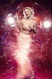 Belle fille dans la robe de soirée entourée par la lumière image libre de droits