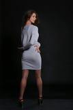 Fille dans la robe grise Images stock