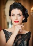 Belle fille dans la robe noire élégante posant dans la scène de vintage Jeune belle femme portant la robe luxueuse Brunette sédui Photos libres de droits