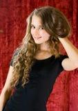 Belle fille dans la robe noire Images stock
