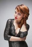 Belle fille dans la robe noire avec le maquillage lumineux Photo libre de droits