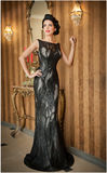 Belle fille dans la robe noire élégante posant dans la scène de vintage Jeune belle femme portant la robe luxueuse Brunette sédui Photographie stock libre de droits