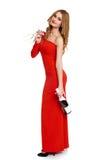 Belle fille dans la robe rouge avec le champagne d'isolement sur le fond blanc, concept de vacances d'hiver Images libres de droits
