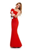 Belle fille dans la robe rouge avec le champagne d'isolement sur le fond blanc, concept de vacances d'hiver Photographie stock libre de droits