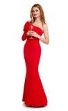 Belle fille dans la robe rouge avec le champagne d'isolement sur le fond blanc, concept de vacances d'hiver Photo libre de droits