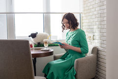Belle fille dans la robe verte avec le comprimé Image libre de droits