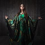 Belle fille dans la robe verte dansant la danse orientale photos stock